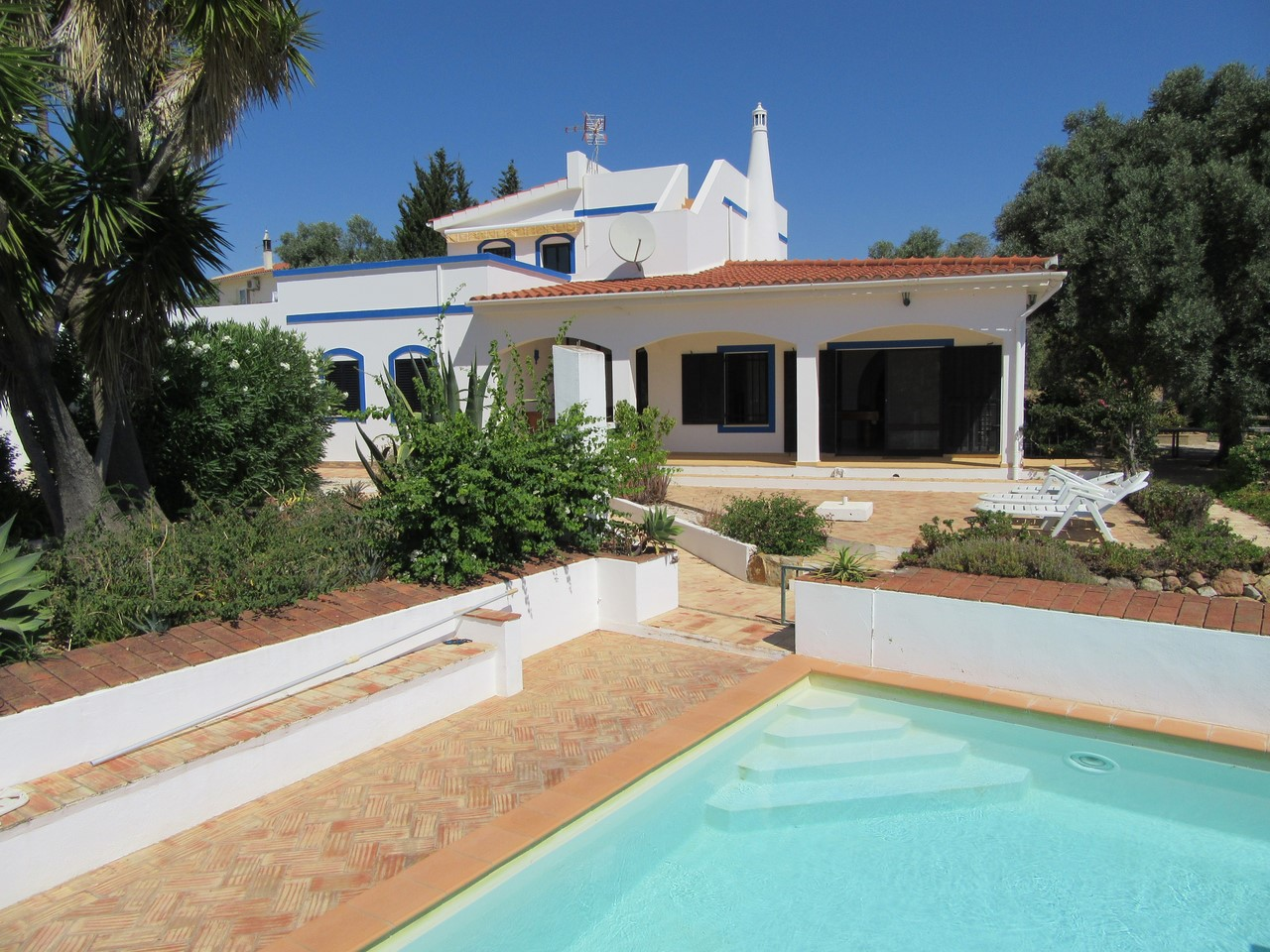 Quinta Style Villa On Large Fully Fenced Estate With Pool